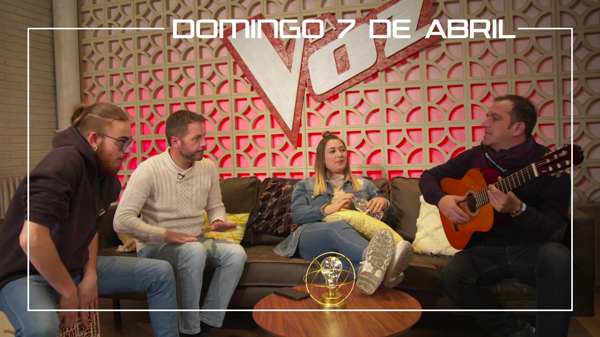 Domingo 7 de abril Los finalistas cantan juntos con la guitarra