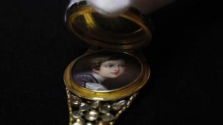 Sale a subasta una colección de joyas de luto de la reina Victoria