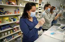 Estados Unidos suspende la vacunación con Johnson & Johnson, que pospone sus envíos a Europa