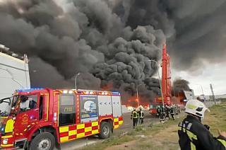 Los bomberos trabajan en la extinción del incendio de Seseña