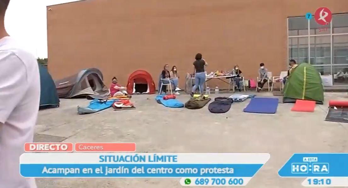 Los trabajadores de FEAFES no pueden más con los impagos y acampan como forma de protesta