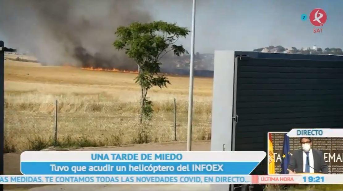 Un incendio en Badajoz quema una gran superficie, maquinaria agrícola y amenaza varias viviendas