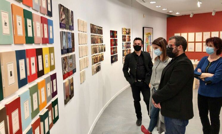 Una exposición recuerda al escritor, diseñador y editor Julián Rodríguez: charlamos con su comisario