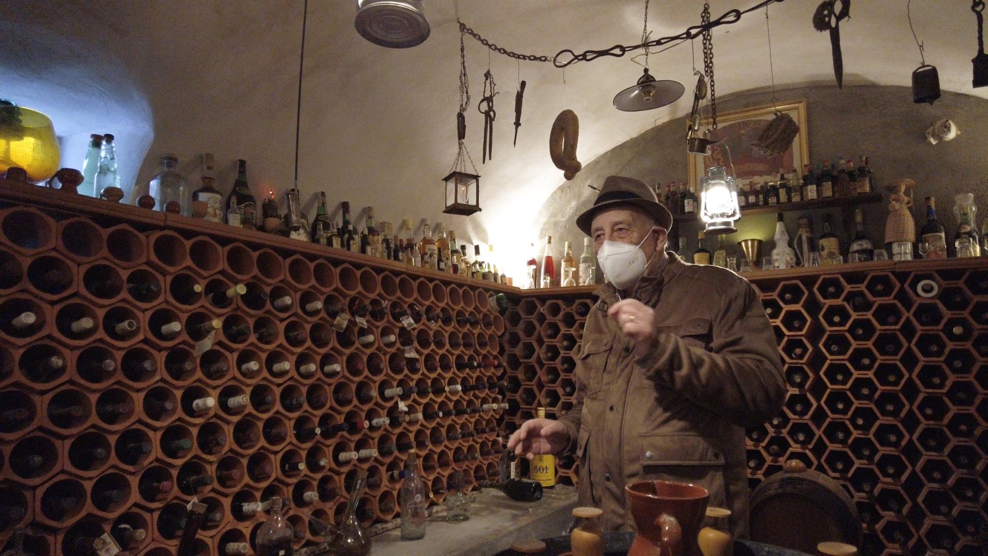 Una casa que alberga una bodega con más de 2.000 botellas de vino
