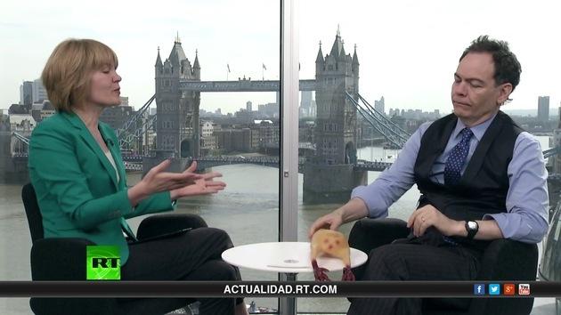 2013-08-29 - Keiser Report en español. Los agujeros de la estupidez (E490)