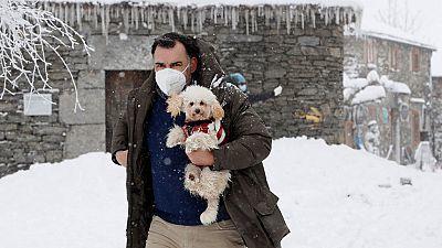 Doce comunidades autónomas en alerta por nieve, frío, oleaje, viento y aludes