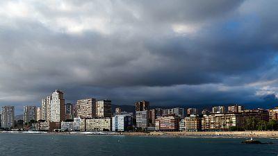 Precipitaciones localmente fuertes en Alicante y Valencia