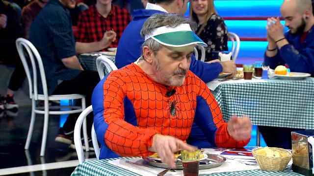 O pobre Paco só quere xantar tranquilo, pero non o deixan porque é igualiño a Spiderman! - 08/02/2019 00:40