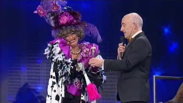 A Señora de Palmírez entrégalle un premio a Gayoso - 16/10/2015 22:00