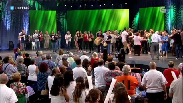 Fol de Veneno sobe o público ao escenario ao interpretar 'A feira' - 05/10/2018 23:30