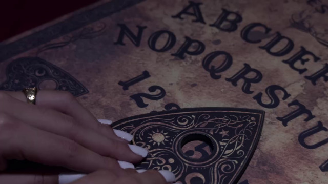 A 'ouija' resolve un crime / Pastequeiros, santos e bruxos - 28/08/2019 00:30