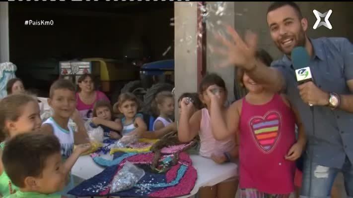 Preparació de carrosses festives a Jesús, al Baix Ebre