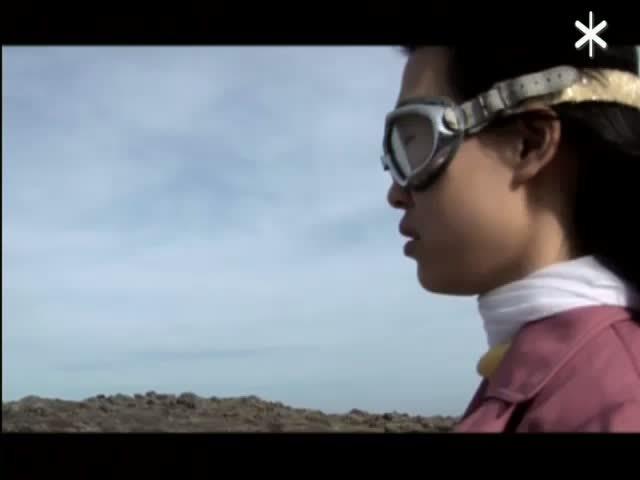 De com Chi arriba a una illa, cerca els seus objectes i coneix l'home tocadiscos